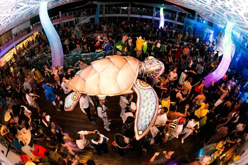 Large-Turtle-Crowd-Prop-shipsomnia-EDMred Shipsomnia, una experiencia Tomorrowland en el mar