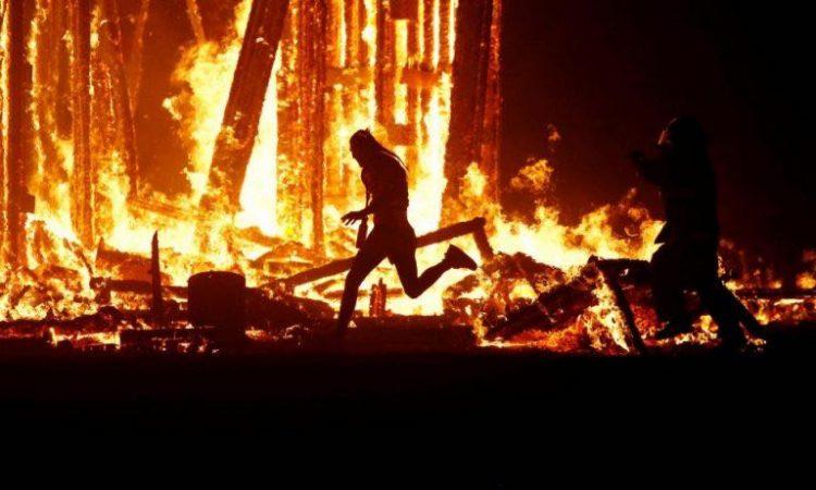 WhatsApp-Image-2017-09-03-at-18.40.53-1-750x450 ACTUALIZADO   Un asistente salta a las llamas de Burning Man [FOTOS]