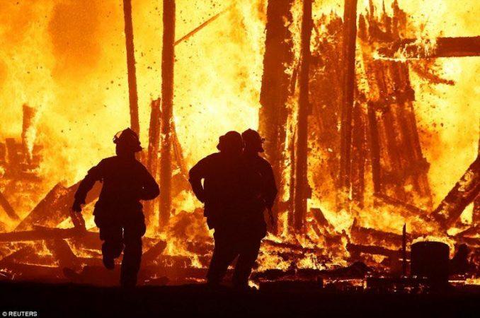 WhatsApp-Image-2017-09-03-at-18.40.53-678x450 ACTUALIZADO   Un asistente salta a las llamas de Burning Man [FOTOS]