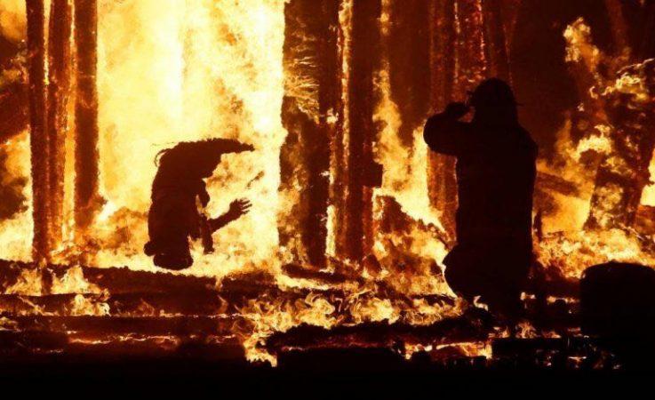 WhatsApp-Image-2017-09-03-at-18.40.54-737x450 ACTUALIZADO   Un asistente salta a las llamas de Burning Man [FOTOS]